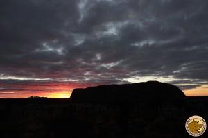 Uluru lors d'un coucher de soleil
