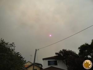 Un soleil rouge derrière la fumée des incendies